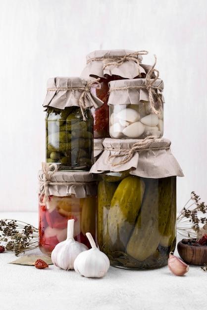 Gläser arrangement mit gepflücktem gemüse Kostenlose Fotos