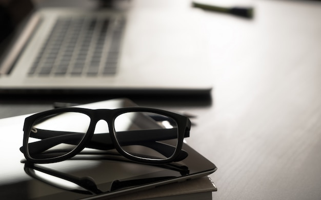 Gläser auf bürotisch mit computer-notebook Premium Fotos