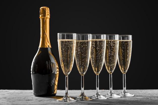 Gläser champagner mit der flasche Premium Fotos