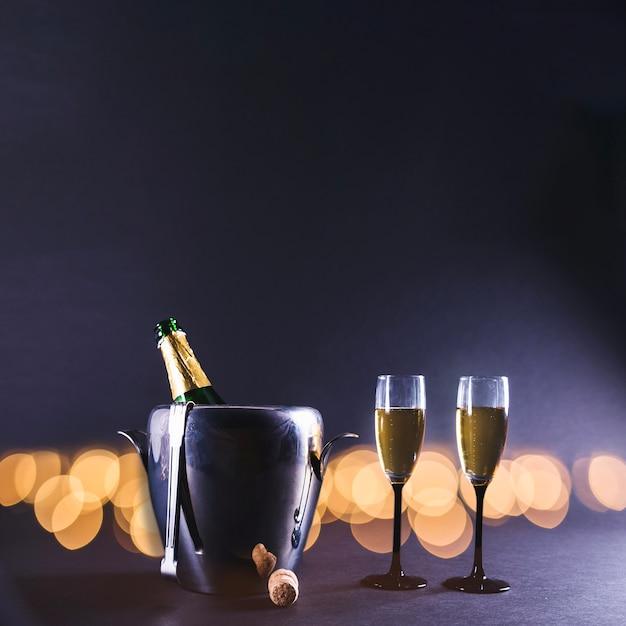 Gläser champagner mit flasche im eimer Kostenlose Fotos