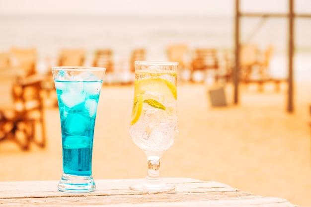 Gläser frische blaue minze trinkt am holztisch Kostenlose Fotos