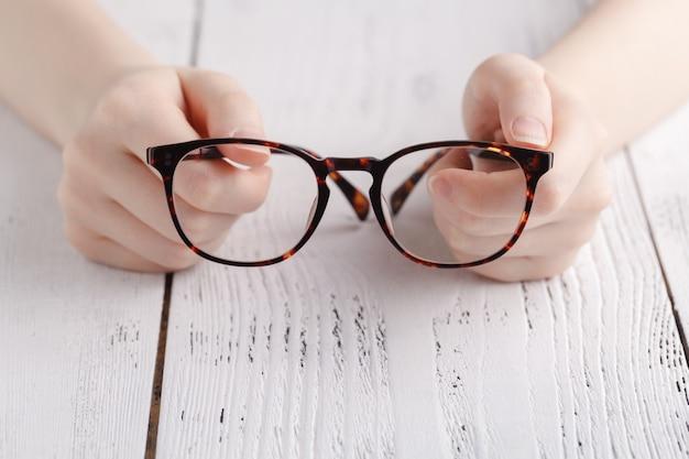 Gläser in weiblichen händen halten Premium Fotos