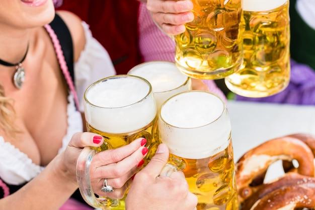 Gläser mit bier in der bayerischen kneipe klirren Premium Fotos