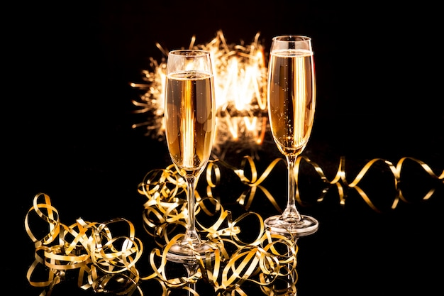 Gläser mit champagner gegen lichterkette Kostenlose Fotos