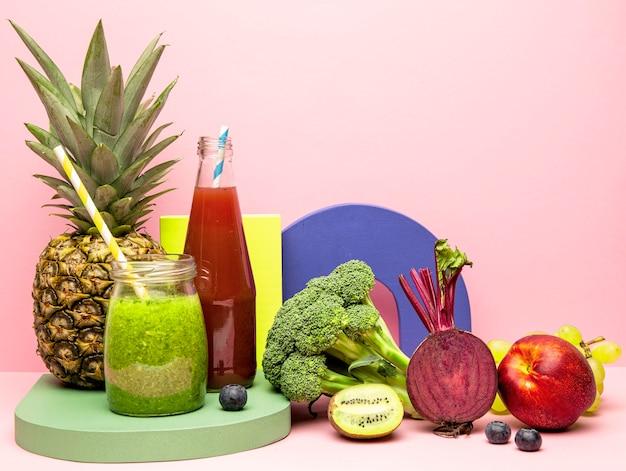 Gläser mit gesundem fruchtsmoothie Kostenlose Fotos