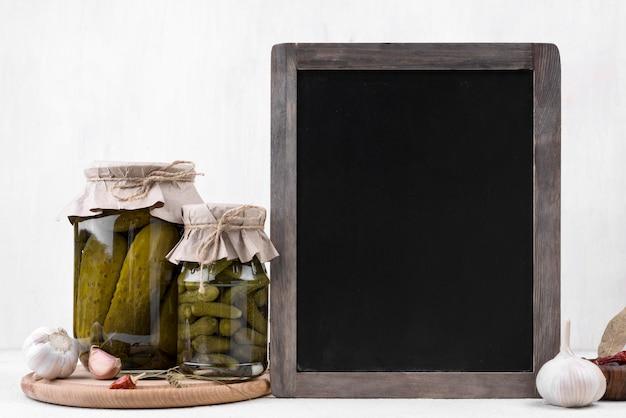 Gläser mit gurken und tafel Kostenlose Fotos