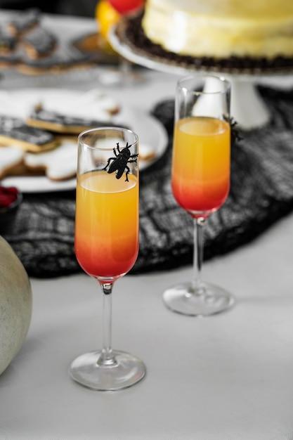 Gläser mit halloween-saft auf dem tisch Kostenlose Fotos