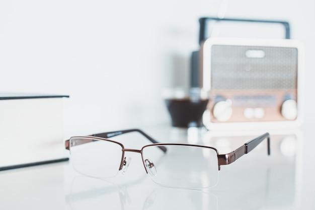 Gläser mit radio, buch und kaffee Premium Fotos