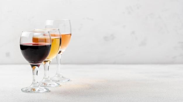 Gläser mit weinzusammenstellungen auf tabelle Kostenlose Fotos