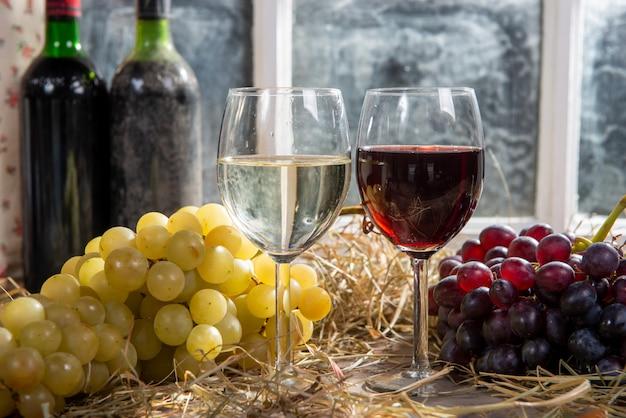 Gläser rot- und weißwein mit traube Premium Fotos