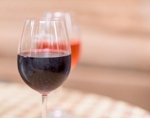 Gläser roter und rosafarbener wein Premium Fotos