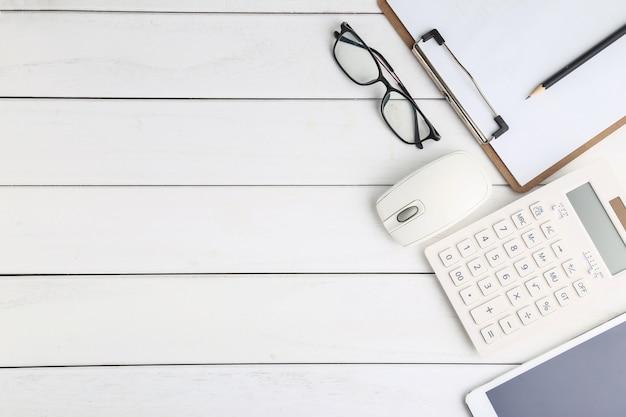 Gläser, taschenrechner und tablette auf weissem schreibtisch Kostenlose Fotos