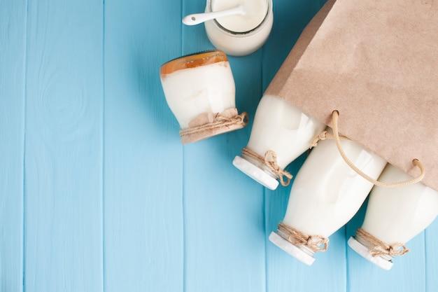 Gläser und flaschen milch in der papiertüte Kostenlose Fotos