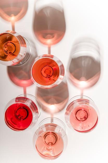 Gläser weißer und rosafarbener wein mit ihren schatten Premium Fotos