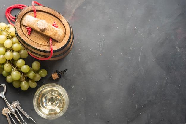 Gläser weißwein auf dunklem hintergrund Premium Fotos