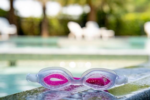 Gläser zum schwimmen im pool Premium Fotos
