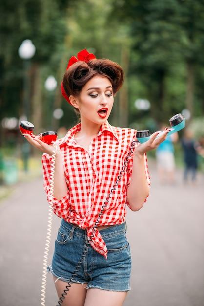 Glamour pin up girl mit retro-drehtelefonen Premium Fotos