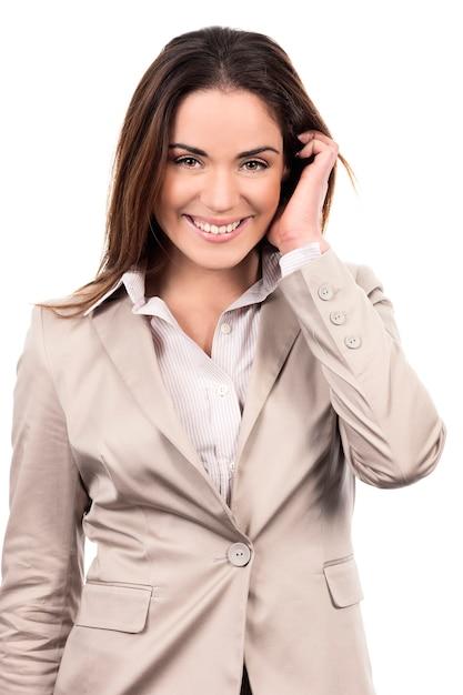 Glamourporträt des schönen frauenmodells mit hand im haar auf weißem hintergrund Kostenlose Fotos