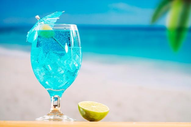 Glas abkühlendes blaues getränk und geschnittener kalk Kostenlose Fotos