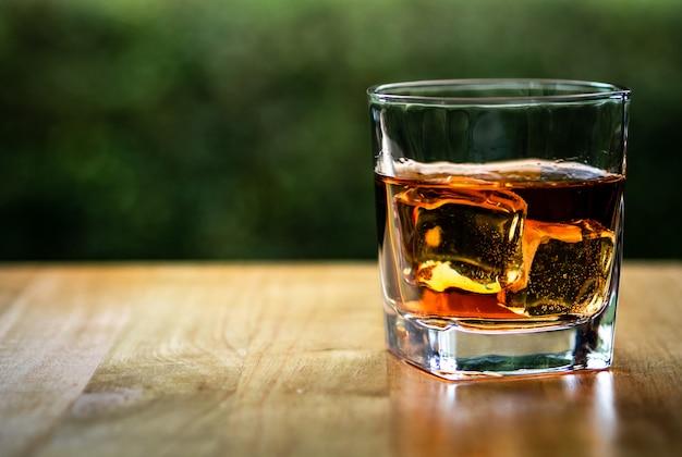 Glas auf dem felsen des kühlen whiskys Premium Fotos