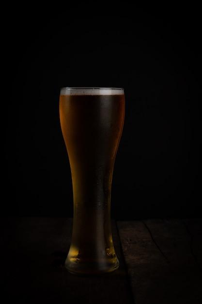 Glas bier auf dunklem hintergrund Premium Fotos