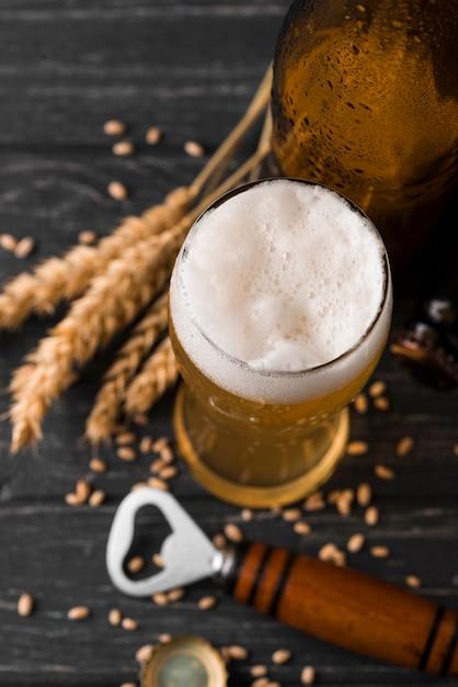 Glas bier mit schaum draufsicht Kostenlose Fotos