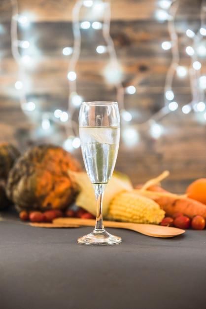 Glas champagner auf tabelle mit gemüse Kostenlose Fotos