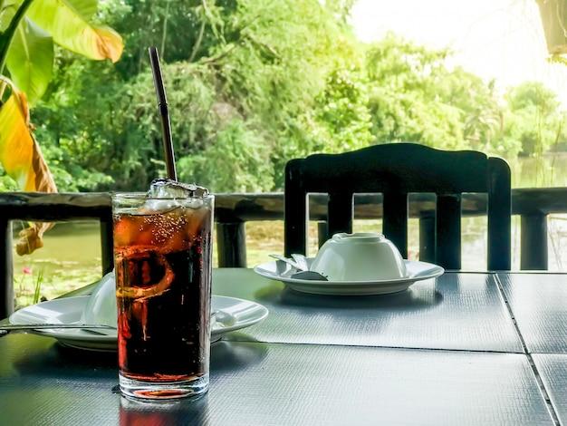 Glas cola mit eis Premium Fotos
