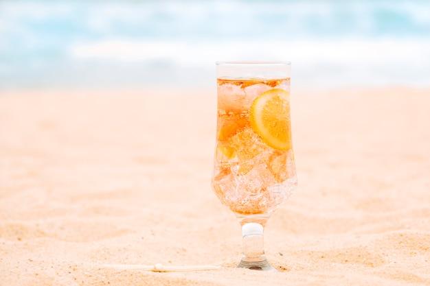 Glas des neuen orangensaftgetränks mit geschnittener zitrusfrucht Kostenlose Fotos