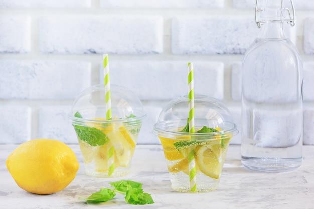Glas frisches kühles vitaminwasser mit zitronenminze Premium Fotos