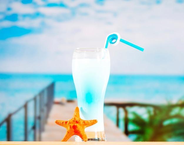 Glas gefrorenes blaues getränk mit stroh und starfish Kostenlose Fotos