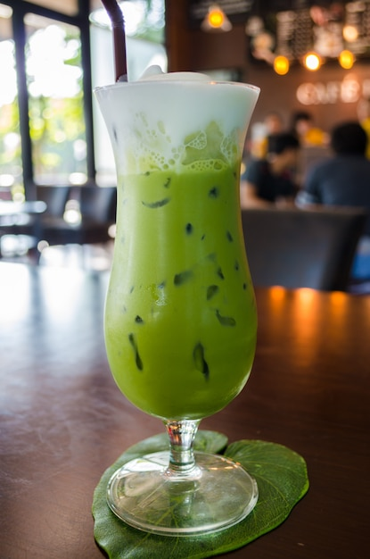 Glas grüner tee auf tabelle Premium Fotos
