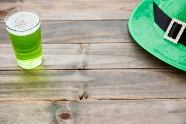 Glas grünes getränk und st. patrick-hut bei tisch Kostenlose Fotos