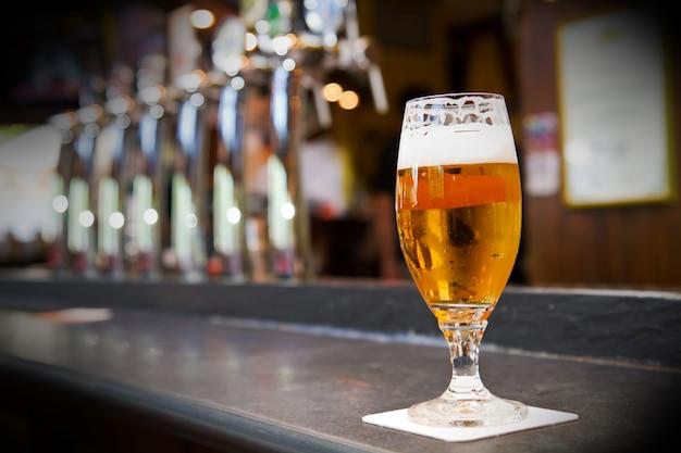 Glas helles bier auf einer kneipe Premium Fotos