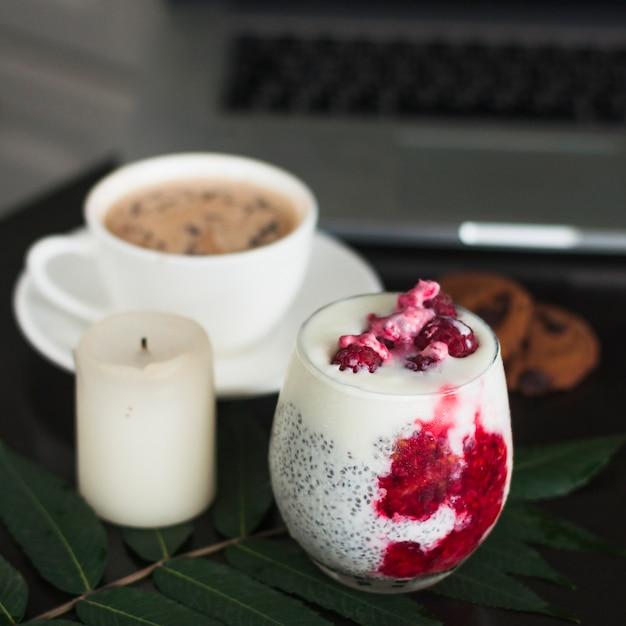 Glas joghurt mit chiasamen und frischen himbeeren auf blatt Kostenlose Fotos