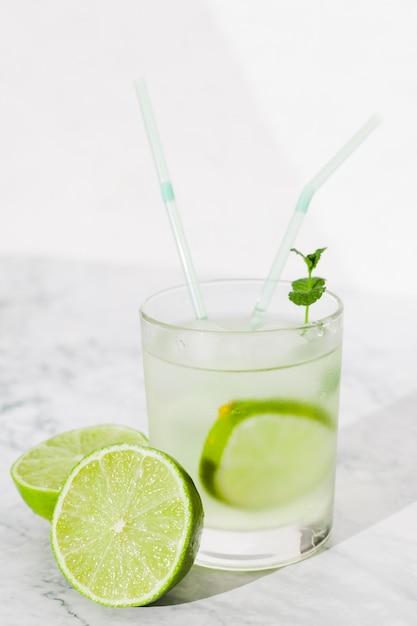 Glas kalkgetränk auf tabelle Kostenlose Fotos