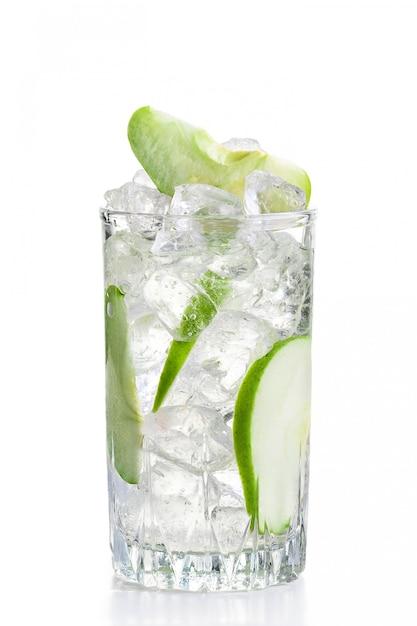 Glas kalte apfellimonade mit eis Premium Fotos