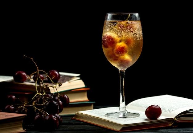 Glas kalter champagner auf einem buch Kostenlose Fotos