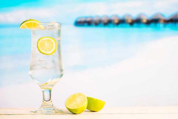Glas köstliches kühles getränk mit kalk und geschnittener zitrusfrucht Kostenlose Fotos