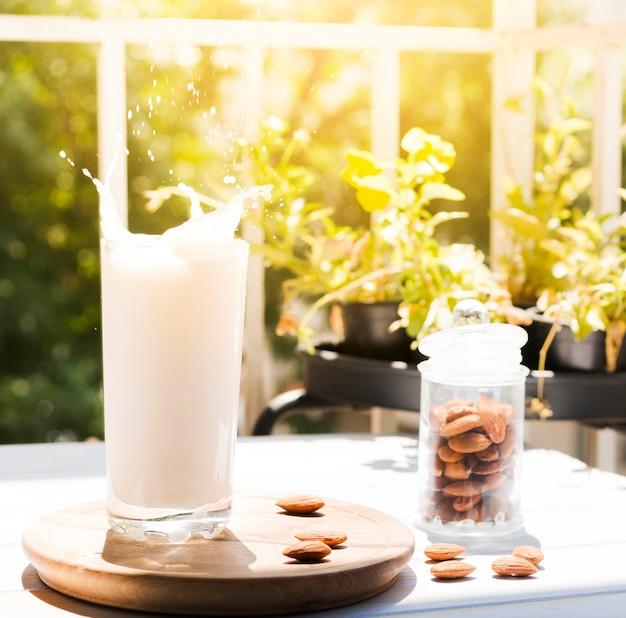 Glas milch mit mandeln Kostenlose Fotos