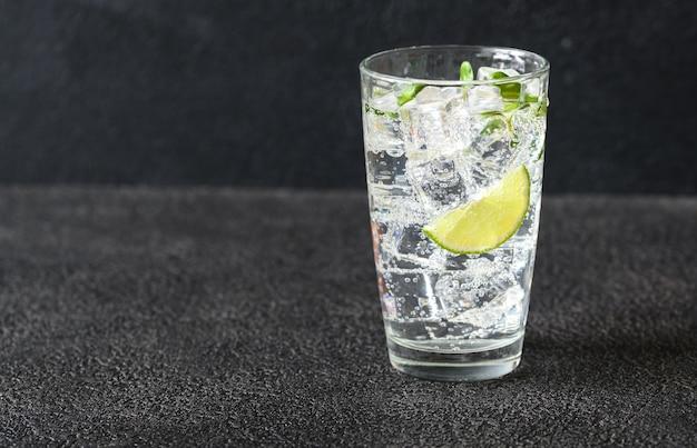 Glas mineralwasser Premium Fotos