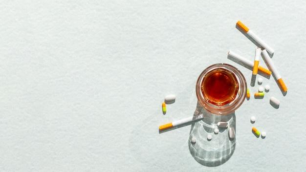 Glas mit alkohol und zigaretten Kostenlose Fotos