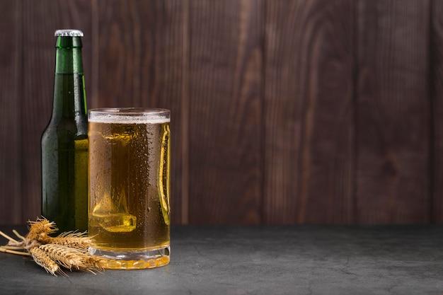 Glas mit bier und kopierraum Kostenlose Fotos