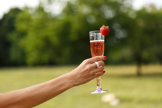 Glas mit champagner in der hand. Premium Fotos