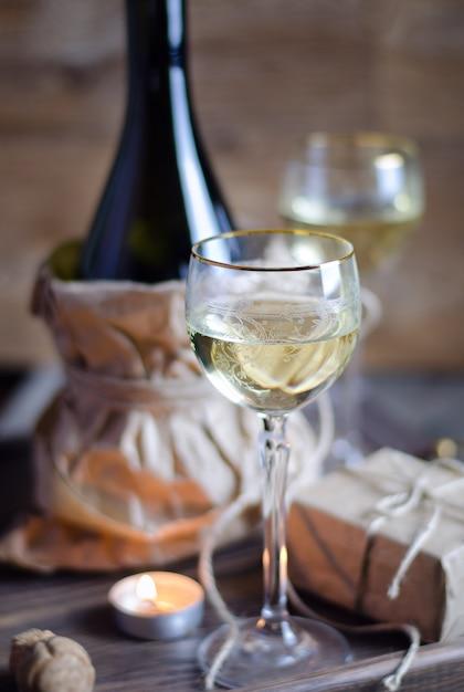 Glas mit wein am romantischen datum Premium Fotos