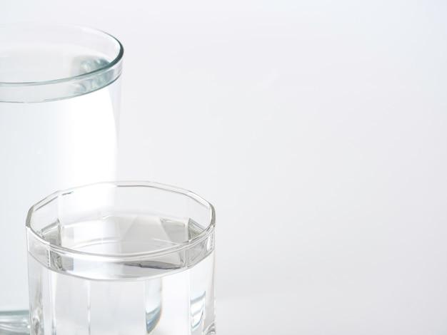 Glas wasser auf einem weißen hintergrund Premium Fotos