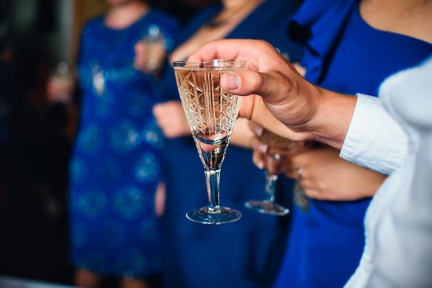 Glas wein in den händen von männern am festival Premium Fotos