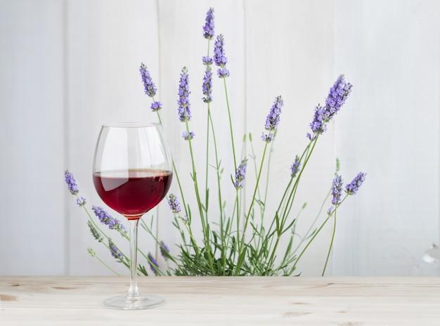 Glas wein mit lavendelbusch Kostenlose Fotos