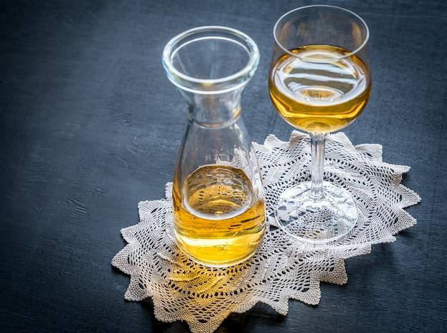 Glas weißwein im vintage-dekor Premium Fotos