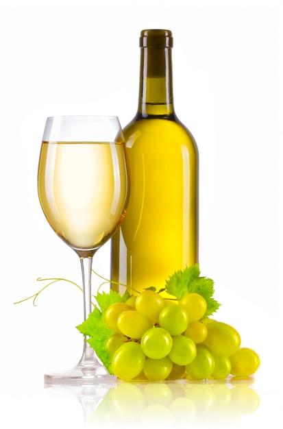 Glas weißwein mit der flasche und reifen trauben lokalisiert Premium Fotos